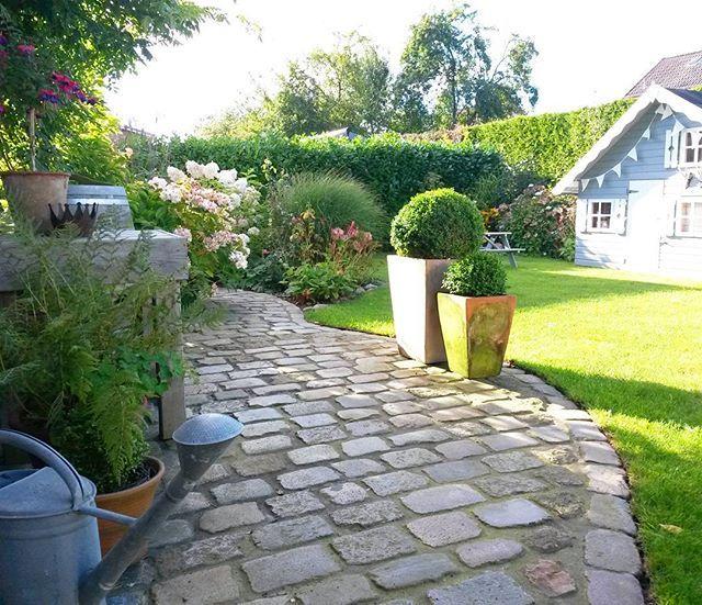 Langsam werden die Schatten länger... ich habe das Gefühl, der Herbst steht schon vor der Tür ...im Norden zumindest  Hier war es heute leider total windig und auch recht kühl! (Spielhaus  Hagebaumarkt  )  #garten #meingarten #garden #draussen #outdoor #terasse #solebich #germaninteriorbloggers #wohnkonfetti #inspo #solebenwirgarten #inspiration #spielhaus #haus #neubau #deko #dekoration #kopfsteinpflaster #flowers #blumen