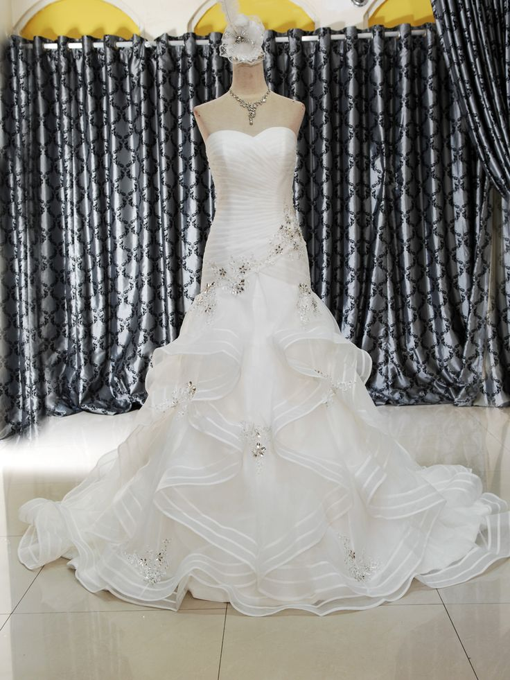 Gaun Wedding Mode A Line 153-708 Kombinasi drap, mote dan kristal yang menawan, membuat gaun ini istimewa, berkelas dan simple Ukuran M, belakang tali tali & warna BW Harga Rp 7.500.000.-