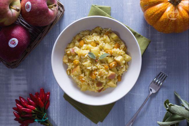 Un primo piatto d'effetto: risotto alle mele, zucca piccante e salvia. Un connubio di piccantezza e dolcezza che vi conquisterà!