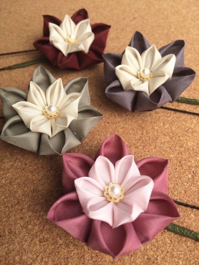 舞妓さんのかんざしに使われる「つまみ細工」。  小さな布を、折り紙のようにたたんで花や蝶を作る伝統工芸ですが、今回は洋風のアイテムです。  まとめ髪や結わえた髪の根元に挿すだけ、アレンジが簡単なUピンです。  ヘアピンと違い、お花の向きも自由に変えられますので、便利です。  こちらは、Uピン1本からの単品販売です。  ①スモーキーピンク ー 外側は渋めのピンク、内側はごく淡いピンクです。  ②チャコールグレー ー 外側は濃いめのグレーですが、素材感が柔らか。内側はアイボリーです。  ③ボルドー ー 外側はとても濃い赤。光の加減で茶色にも見えそうです。内側はアイボリー。  ④カーキ ー 外側はくすんだ枯草色。内側はアイボリー。  中央には、ゴールドの座金とパールを一粒。  どれも秋にぴったりの落ち着いた色合いです。