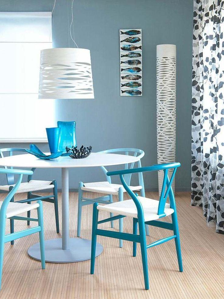 peinture murale bleu-gris et chaises salle à manger bleues