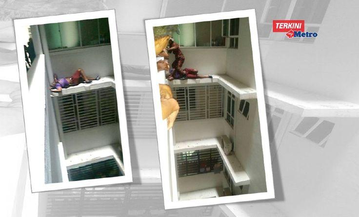 Dia ingat katil agaknya  Bomba selamatkan lelaki hampir jatuh tidur di belebas tingkat 11   Tindakan pantas anggota bomba berjaya menyelamatkan lelaki yang tidur di belebas tingkat 11 apartment di Taman Perling di sini daripada terjatuh daripada bangunan itu hari ini.  Komander Operasi dari Balai Bomba dan Penyelamat Johor Bahru Khairul Azhar Abd Aziz berkata bomba menerima panggilan pada 9.08 pagi.  Dia ingat katil agaknya  Bomba selamatkan lelaki hampir jatuh tidur di belebas tingkat 11…