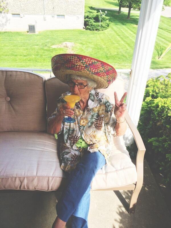 Η σούπερ γιαγιά που έχει τρελάνει τα social media - Κάνει #selfies, χούλα χουπ, φορά χίπικα T-Shirt και έχει 200.000 followers [ΕΙΚΟΝΕΣ]