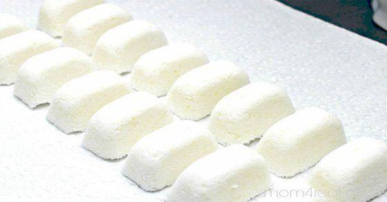 Cloro, etanol, diclorometano (DCM), dietanolamina (DEA), dioxano, fosfatos, sodio lauril, sulfatos, y fragancias sintéticas son algunos de los productos químicos que suelen encontrarse en los detergentes lavavajillas. Todos ellos son venenosos y pueden causar irritaciones en la piel. Además, las pastillas comerciales suelen ser muy costosas. Con esta receta, podrás hacer pastillas para tu lavavajillas que serán igual de efectivas que las que compras en el supermercado, pero más saludables…