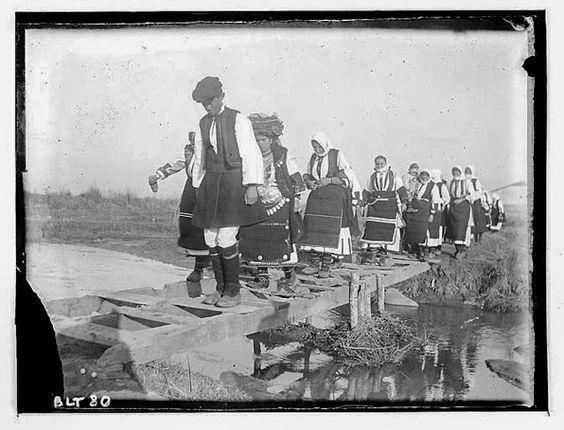 Grèce ; Macédoine ; Negocani (Νίκη-Φλώρινα) (1916-1917)  Légende Cérémonie de la rivière : procession avec les mariés Auteur photoBlanchet, Joseph