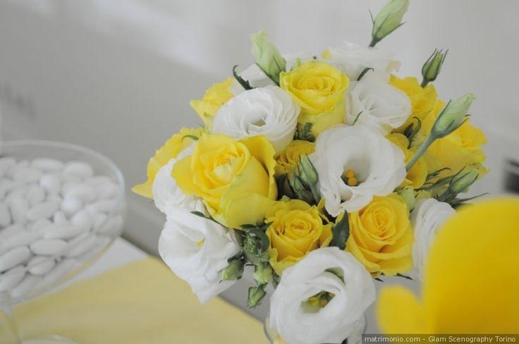 Bouquet da sposa di rose gialle e fiori bianchi