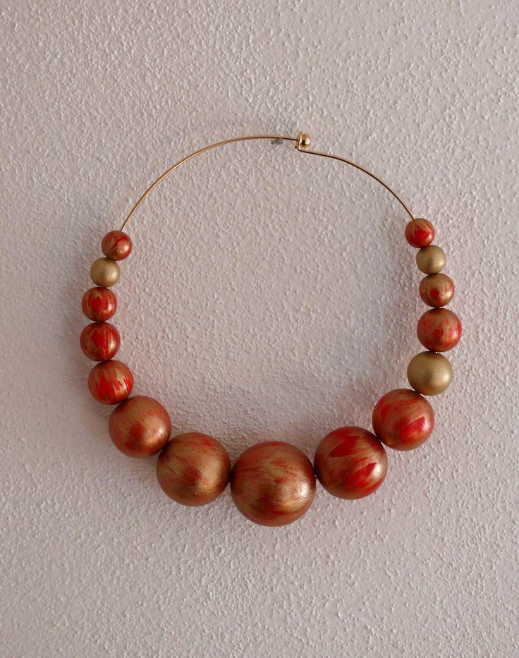 Luxusní+červeno-zlatý+náhrdelník+Luxusní+náhrdelník+v+barvě+červené+a+zlaté.+Průměr+náhrdelníku+14+cm.+Náhrdelník+je+ke+krku+vhodný+do+sáčka,+halenky,+k+šatům.+Korále+jsou+dřevěné,+velikost+největšího+je+35+mm.+V+nabídce+také+náramek,+který+můžete+zakoupit+zde.