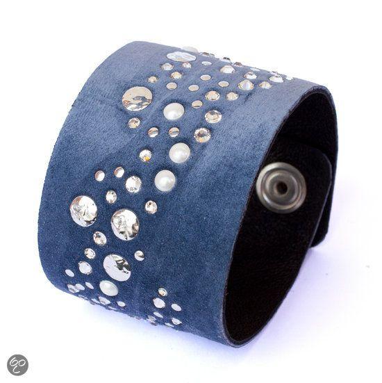 Materiaal boven: Blauw suède; Materiaal onder: Zwart zacht leer; Maat: 18 x 4cm; Sluiting: Nikkelvrije drukknopen; Gemaakt met Swarovski Elements