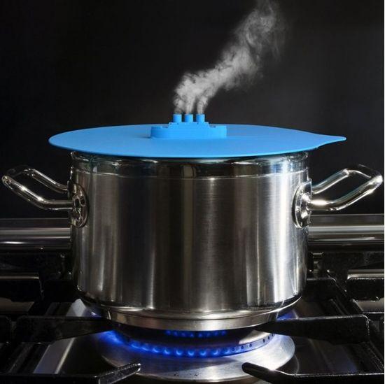 Pokrywka Parowiec to fantastyczny gadżet kuchenny i pomysł prezentu dla niej.