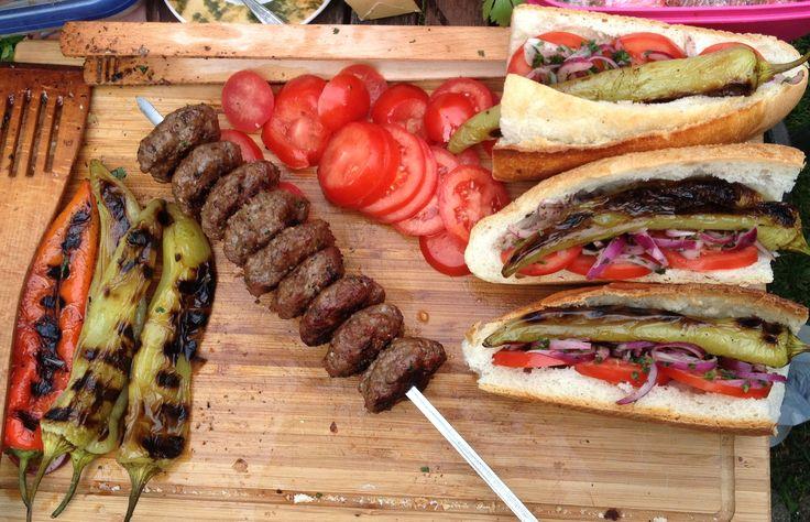 Orhan und Rene im WDR beimKöfte EkmekStreetfood hat in der Türkei eine lange Tradition. Die auf Karren oder Klapptischen angebotenen Leckereien haben es