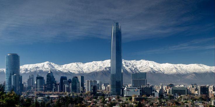 Los rascacielos y la cordillera #Costanera Center. La gran torre tiene una altura de 300m #alcanzarelcielo