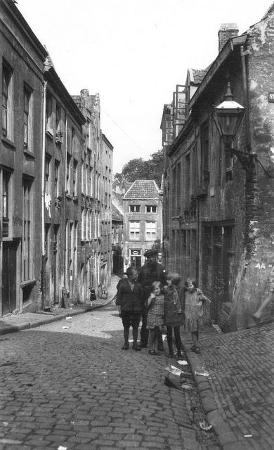 Samen op de foto Het gezicht in de richting van De Lindenberg, rechts de Strikstraat in 1920.