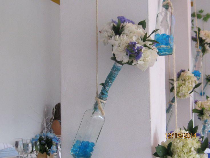 Los ramilletes de las damas de honor hacían parte de la decoración, cuando se requiere foto los retiran de las botellas con ámbar  azul.