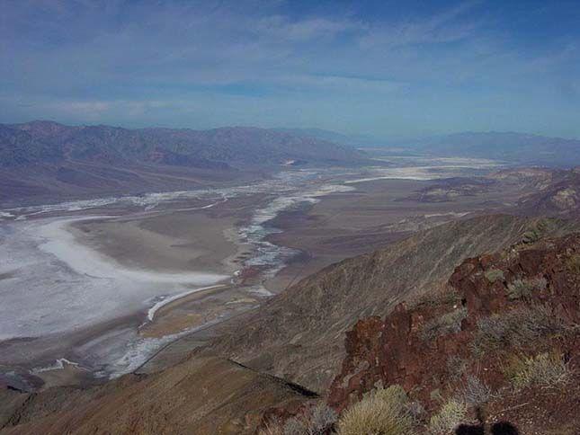 A Death Valley Nemzeti Park (magyarul Halál-völgy Nemzeti Park) a legszárazabb és legforróbb amerikai nemzeti park. Itt található Észak-Amerika legalacsonyabb pontja, Badwater-medence is, 86 m-rel a tengerszint alatt. Nevét a kaliforniai aranyláz idején kapta a bevándorlóktól, akik eltévedtek és majdnem odavesztek a völgyben. A Death Valley a Föld egyik legforróbb területe, száraz, sivatagos, az éves csapadékmennyiség kevesebb mint 50 mm.