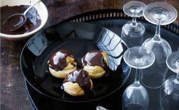 Opskriften er en del af en komplet gæstemiddag. Her får du opskriften på desserten, profiteroles med chokolade og vaniljeis og en praktisk indkøbsliste