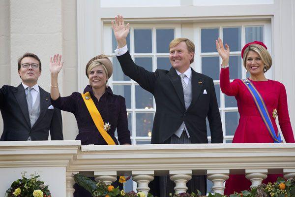 Tras la lectura del discurso, alrededor de las dos de la tarde, la comitiva real ha regresado al Palacio Noordeinde, y en el balcón la Familia Real al completo ha hecho acto de aparición con el objeto de saludar a la multitud congregada a las puertas del palacio