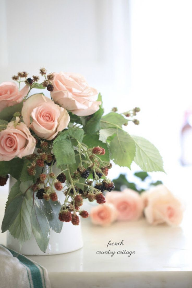 5 Minute Decorating- a beautiful berries & blooms bouquet
