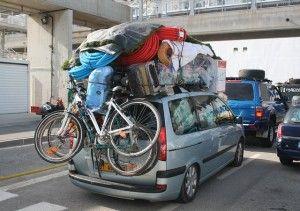 Um unterschiedliche Gepäckstücke sicher mit dem Pkw transportieren zu können, benötigt der Autofahrer einen Dachgepäckträger oder besser eine geschlossene Dachbox. Diese Dachbox wird fest auf dem Dach des Autos montiert. Hierzu gibt es unterschiedliche Befestigungsmethoden: an einer Dachreling des Pkws wird die Dachbox fest montiert spezielle Klemmfüße im Bereich der Türrahmen klemmen mit Haken die ...
