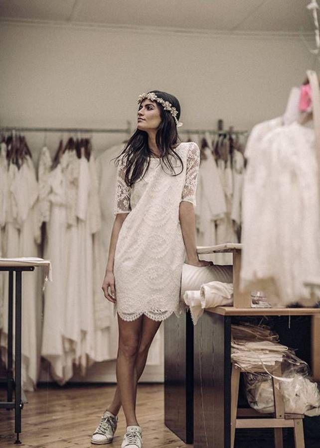Robe de mariée dentelle droite avec Stan Smith aux pieds