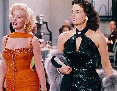 Esse é um dos mais populares filmes da época de ouro do cinema e um dos mais marcantes na carreira da atriz Marilyn Monroe e da morena Jane Russell