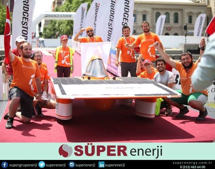 Eskişehir Anadolu Üniversitesi Mühendislik Fakültesi öğrencilerinden oluşan Anadolu Solar Team (Anadolu Güneş Takımı), projeleri olan güneş enerjili araba SUNATOLİA'2 ile başarıdan başarıya koşmaya devam ediyor.   Anadolu Güneş Takımı, geçtiğimiz aylarda 50'ye yakın üniversite takımının katıldığı World Solar Challenge yarışında Avustralya Kıtası'nın bir ucundan diğer ucuna 3022 kilometreyi güneş enerjisiyle giderek yarışmayı tamamlayan İlk Türk takımı olma ünvanına sahip oldu.