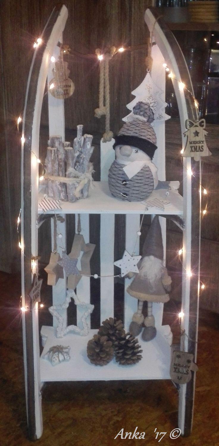 Einen alten Schlitten weiß angestrichen, etwas angeschliffen und weihnachtlich dekoriert.
