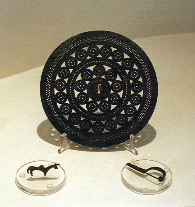 Pezzi di rilievo del museo: Disco-corazza e pendente a forma di quadrupede, entrambi in bronzo. A completare il terzetto una fibula
