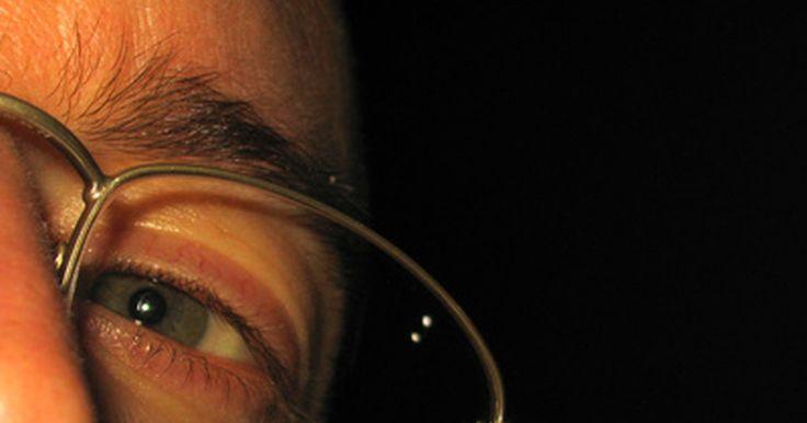 Como clarear pálpebras escuras e olheiras com produtos naturais. Pálpebras superiores escuras e olheiras podem ser o resultado de uma nutrição pobre e deficiência de vitaminas, pouca hidratação ou simplesmente uma hiperpigmentação, condição na qual áreas da pele ou unhas escurecem devido ao aumento da produção de melanina. Existem vários remédios naturais para combater o escurecimento das pálpebras e olheiras, ...