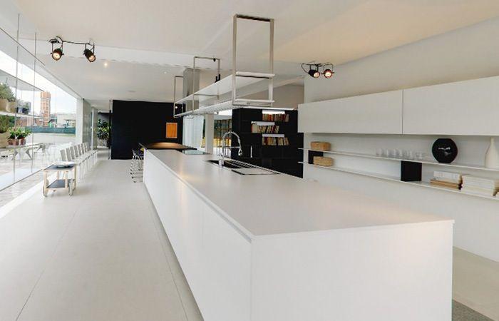 Wit keukeneiland, natuurlijk prachtig en de ruimte zal extra groot lijken door de lichte kleur.