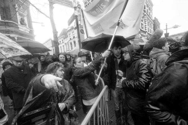 wijzen naar elkaars vrijheid, van het demonsteren voor of tegen Wilders..... by Hans van Gils