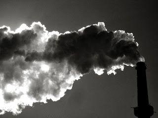emisi gas yang berupa asap karbondioksida yang dikeluarkan oleh pabrik dan industri menjadi penyebab terjadinya global warming
