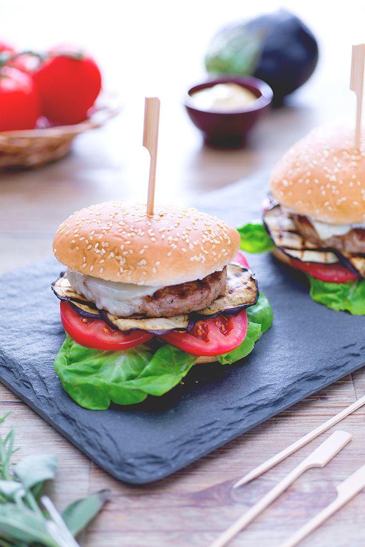 Da proporre anche come piatto unico da #streetfood, l'#hamburger di tacchino è leggero e saporito! Arricchito con melanzane e pecorino, questo #burger tutto #italianstyle conquisterà chi lo addenterà! #ricetta #Giallozafferano #recipe