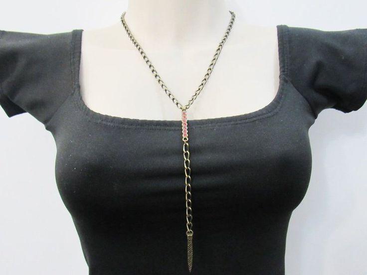 Colar Gravatinha Vermelho. Um colar moderno que segue a linha minimalista. Feito com peças em metal ouro velho e pedras de strass vermelhas.