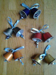 des cloches de Noël en dosette Nespresso ! (avec les grelots des lapins de Pâques Lindt, ce sera parfait !)