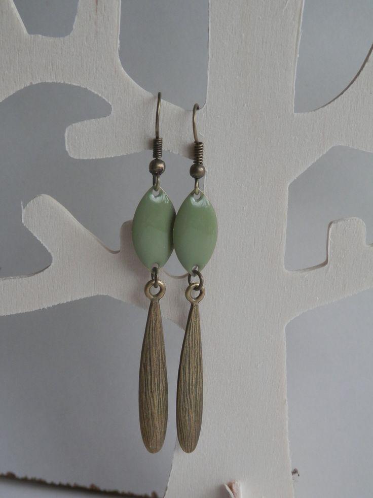 ***Nouveauté*** Boucles d'oreille ethniques, sequin émaillé kaki et pendentif goutte coloris bronze : Boucles d'oreille par motus-et-bouche-cousue