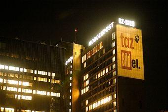 taz Bildet - Projektion auf das Springer-Hochhaus in Berlin zum 26.Geburtstag der TAZ (die Tageszeitung)April 2005