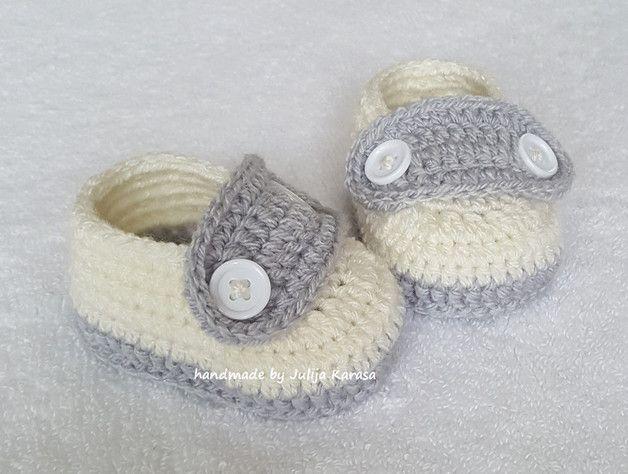 Botitas de bebé hechas a ganchillo con botones.  Estas botitas de bebé mantendrán los pequeños pies de su bebé abrigados y abrigados.  Las botas se ven hermosas y son muy cómodas.  Tejo estos...