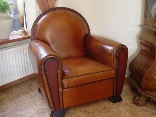Geweldige schapenleren stoel van lounge atelier. Deze steol heeft een los kussen en is voorzien van hout en siernagels. Houdt u van art deco dan is dit het helemaal. Nieuwprijs van deze 2495 euro.