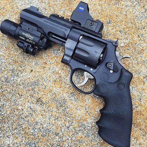 """Revólver Smith&Wesson M&P R8  Calibre: .357 Mag. ou .38 Esp. +P. Capacidade do cilindro: 8 munições. Cano: 5"""". Mira: Red Dot Zeiss Compact Point. Lanterna: Surefire x400 com visão a laser. Revólver Tático SWAT!👊👌😎 Photo: @tropgun  #falandoemarmas #smith #wesson #R8 #pl3722 #tiropratico #guns #gun #army #firearms #reddot #pistol #revolver #cate #campanhadoarmamento #headshot #love #top #show #a #br #ipsc #cac #eua #repost #letsgo #boanoite #bomdia #boatardee #foracorruptos"""