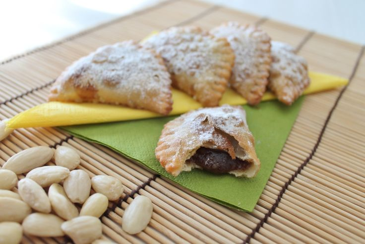 panzerottini dolci vegan con ripieno di mandorle e cacao