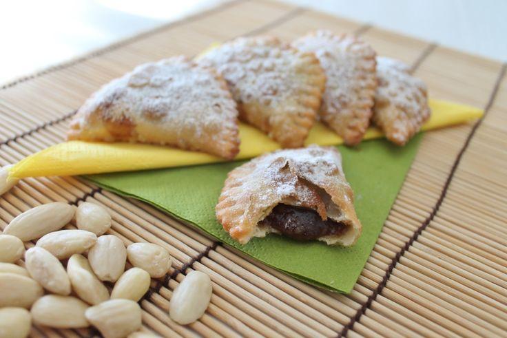 Panzerottini dolci vegan con ripieno alle mandorle e cacao, degli sfiziosi bocconcini da gustare a fine pasto o come merenda.