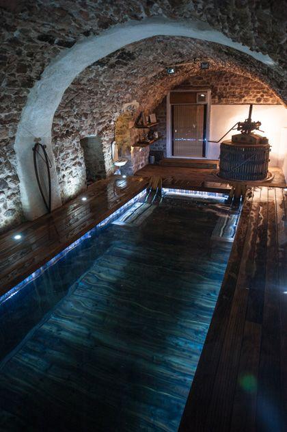 Piscine intérieure - Le saviez-vous ? L'aménagement de la pièce recevant le bassin est primordial pour un bon fonctionnement. Doivent être pris en compte : le taux d'humidité (doit être compris en 60 et 70%), l'isolation de la pièce (aussi bien au sol que sur les murs), la hauteur sous plafond (en cas de faible hauteur sous plafond un bon système de ventilation est nécessaire), le chauffage.
