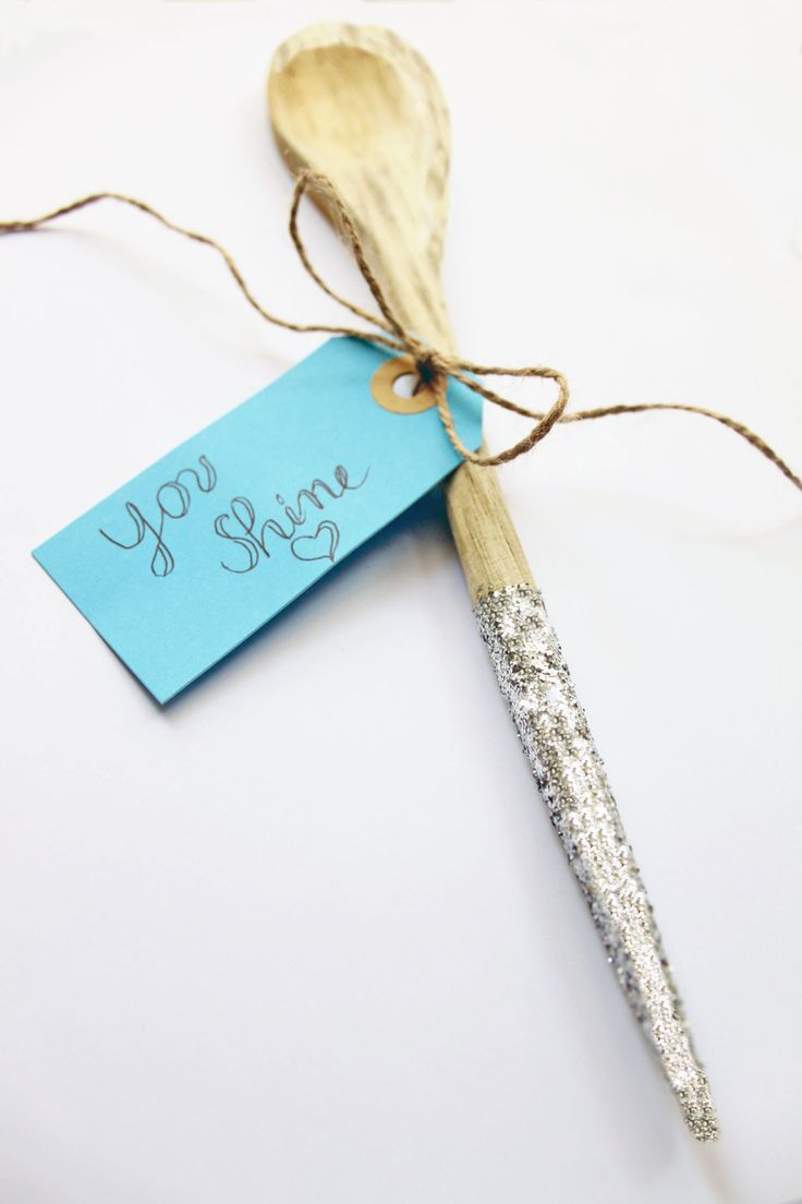 Un magico DIY per la nostra cucina! Cucchiai di legno con glitter. Glittered wooden spoons.  http://dilycious.com/cucchiai-di-legno-che-sembrano-bacchette-magiche/