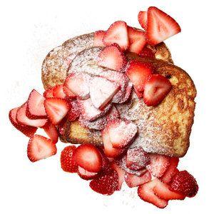Francouzský toast s jahodami V misce rozšlehejte vidličkou 1 vejce a 2 lžíce nízkotučného mléka. Do této směsi namočte 2 plátky celozrnného toastového chleba a opečte je na teflonové pánvi z obou stran dozlatova. Podávejte je horké, posypané nakrájenými jahodami nebo jiným ovocem a lehce poprášené cukrem (může být i vanilkový nebo skořicový).