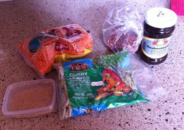 Rode linzen, mosterdzaad, kerrieblaadjes, tamarindepasta en gedroogde pepers.
