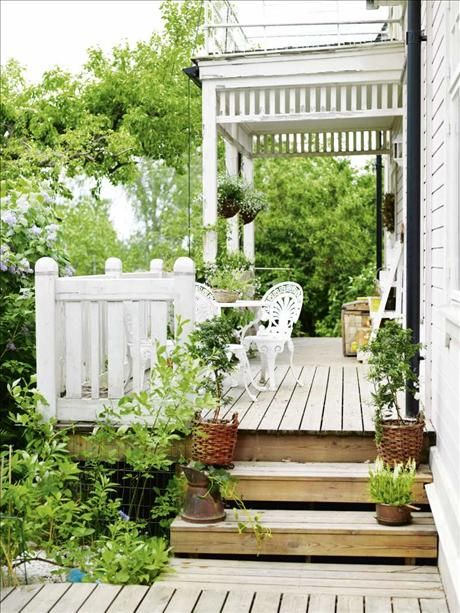 A lush, fresh, green outdoor seating space. The light coloured decking is perfect, I'm not usually a big fan of decking in general but this is very Scandinavian and Nordic. Love it.