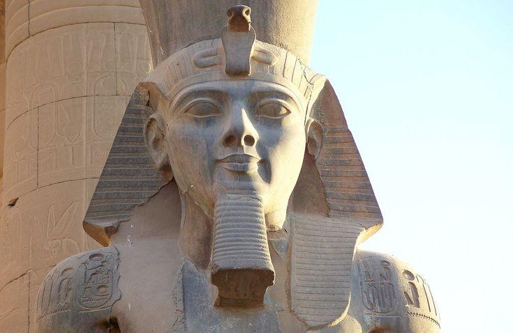 Detalle del busto de una colosal estatua de RAMSES II El Grande en el Templo de culto al dios Amón Ra en Luxor.  Célebre y longevo faraón de la Dinastía XIX del Imperio Nuevo. Reinado desde 1279 hasta 1213 a.C. Período histórico de un gran esplendor. Gran guerrero y artífice de la construcción de numerosas obras arquitéctonicas.