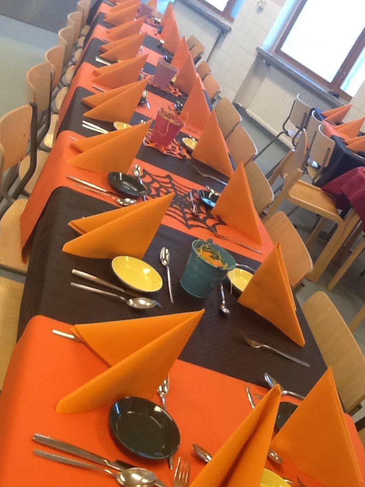 Marraskuu: Pöytä on katettu hiusalan tytöille.