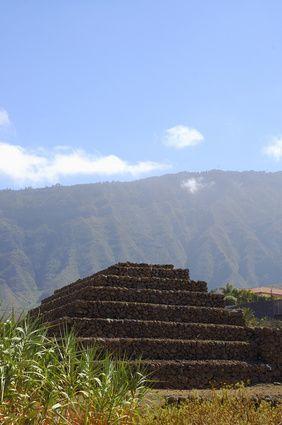 Pirámides de Güímar.    las pirámides fueron adquiridas por Fred. Olsen S.A. con el propósito de protegerlas, y crear lo que hoy es el Parque Etnográfico Pirámides de Güímar.