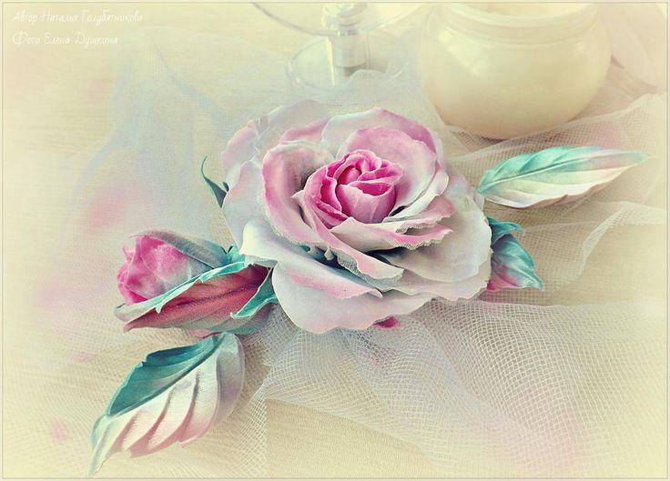 Цветок из ткани может служить как украшение прически или как дополнение к одежде.
